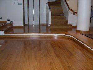 Manutenzione del pavimento in legno consumato