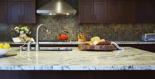 reinigung und schutz von arbeitsplatten aus poliertem marmor. Black Bedroom Furniture Sets. Home Design Ideas