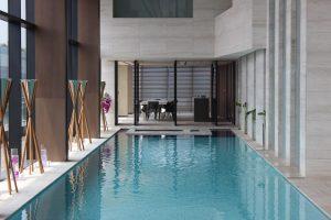 Naturstein im Pool Schutz und Pflege
