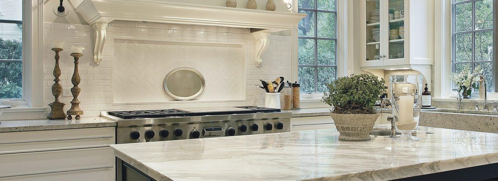 Reinigung und Schutz von Arbeitsplatten aus poliertem Marmor