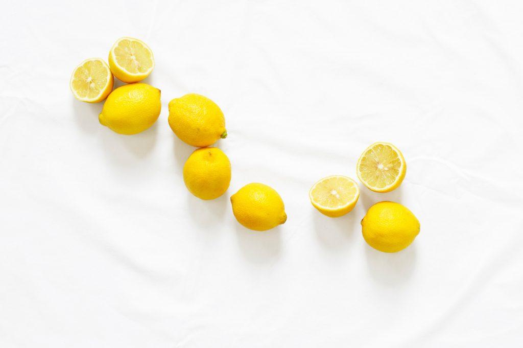 il-limone-mette-acidità-al-marmo