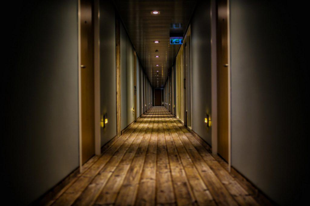 Pulire-scale-e-corridoio-hotel-FILA