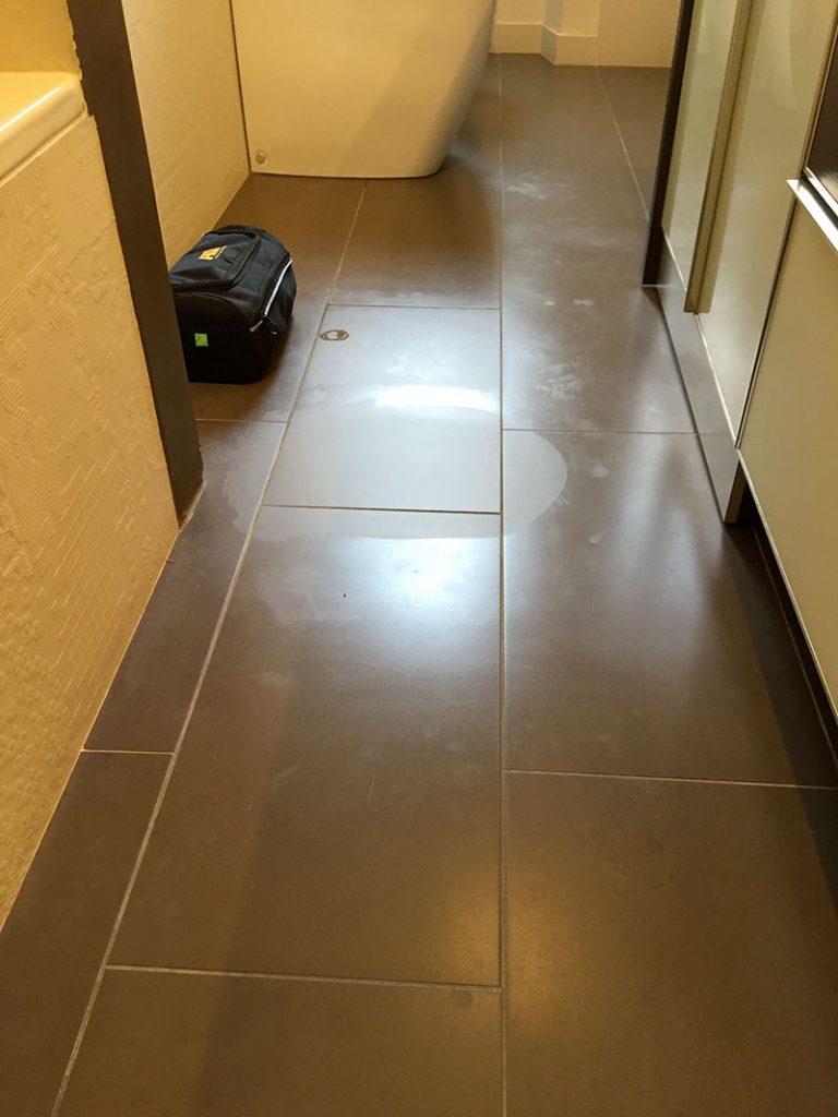 Macchia di pulito sul pavimento in gres porcellanato