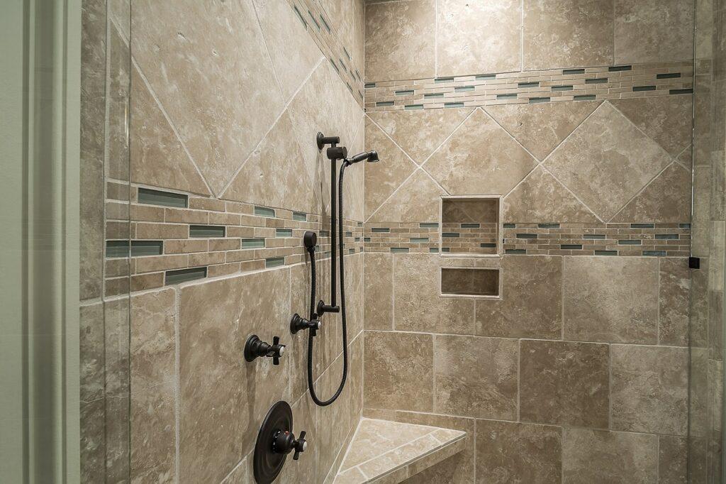 pulire il bagno e il box doccia